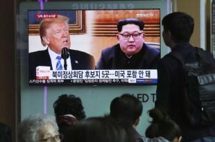© AHN YOUNG-JOON / AP Des Sud-Coréens regardent la télévision dans la gare de Séoul, le 18 avril.