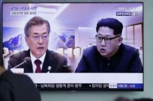 © Copyright 2018, L'Obs Un écran de télévision montrant des images du président sud-coréen Moon Jae-in et du dirigeant nord-coréen Kim Jong-un.