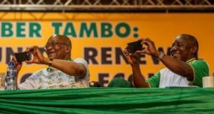 Jacob Zuma (à gauche) et Cyril Ramaphosa photographient avec leur smartphone les participants du congrès de l'ANC en décembre 2017 en Afrique du Sud.  © MUJAHID SAFODIEN / AFP