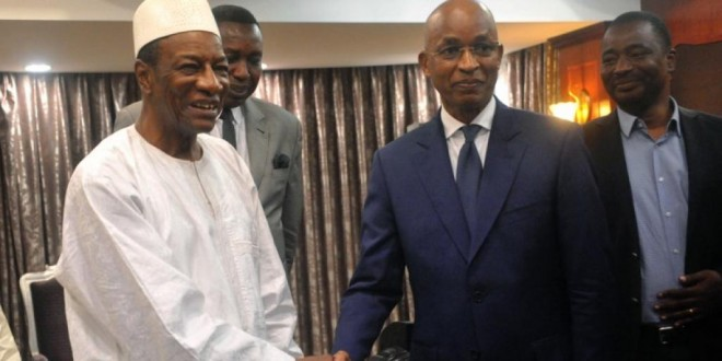 Le président Alpha Condé et l'opposant Cellou Dalein Diallo après leur réunion, au palais présidentiel, le 2 avril 2018. © CELLOU BINANI / AFP