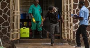Des mesures de sécurité sont prises à l'entrée de l'hôpital de Wangata où sont traités les malades atteints d'Ebola, à Mbandaka, le 20 mai 2018. © JUNIOR KANNAH / AFP