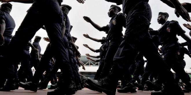 Des policiers ivoiriens défilent lors d'une cérémonie pour les 51 ans de l'indépendance de la Côte d'Ivoire, le 7 août 2011 à Abidjan. © AFP PHOTO/ ISSOUF SANOGO