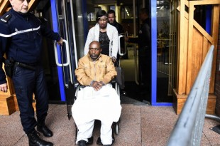 Pascal Simbikangwa, le premier rwandais jugé en France en lien avec le génocide au Rwanda en 1994, le 25 octobre 2016 devant la cour d'assises de Bobigny, près de Paris. © BERTRAND GUAY / AFP
