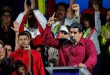 Le président vénézuélien Nicolas Maduro, entouré de ses partisans lors d'un rassemblement après la publication des résultats de la présidentielle, à l'extérieur du palais Miraflores à Caracas, au Venezuela, le 20 mai 2018. REUTERS / Carlos Garcia Rawlins