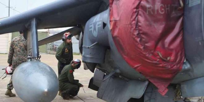 Une équipe aéronavale américaine inspecte un AV-8 Harrier II lors de l'exercice aérien conjoint «Max Thunder» entre la Corée du Sud et les États-Unis sur une base aérienne américaine dans la ville portuaire de Gunsan, au sud-ouest, le 20 avril 2017.