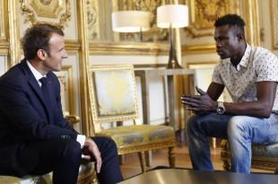 Le président français Emmanuel Macron, à gauche, a rencontré Mamoudou Gassama, 22 ans, originaire du Mali, au palais présidentiel de l'Elysée à Paris, le lundi 28 mai 2018.