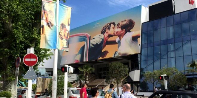 Jean-Paul Belmondo et Anna Karina s'embrassent au fronton du Palais des Festivals à Cannes. Siegfried Forster / RFI