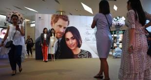 Meghan et Harry sont les stars de la semaine, bien au-delà du Royaume-Uni. Bangkok, vendredi 18 mai 2018. Lillian SUWANRUMPHA / AFP