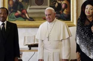 Paul et Chantal Biya se sont rendu plusieurs fois au Vatican, notamment le 18 octobre 2013 pour une audience privée avec le pape François. © Gregorio Borgia/AP/SIPA