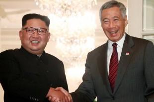 Le dirigeant nord-coréen Kim Jong-un (g.) accueilli par le Premier ministre singapourien Lee Hsien Loong, le 10 juin 2018. REUTERS/Edgar Su