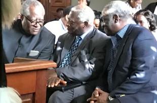 Me Akéré Muna soutenu par ses frères au tribunal