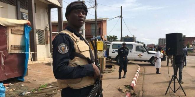 Un policier d'une unité spéciale à Bamenda, Cameroun, le 20 mai 2018. (VOA/Emmanuel Jules Ntap)