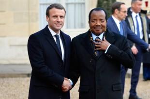 Paul Biya à Paris au perron de l'Elysée avec Emmanuel Macron