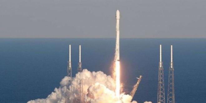 Une fusée SpaceX Falcon 9 transportant le satellite Tess décolle du complexe de lancement 40 à la station aérienne de Cap Canaveral, en Floride, le mercredi 18 avril 2018.