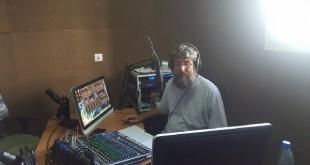 Le père Hervé Marie dans le studio de Christ-Radio à Yaoundé