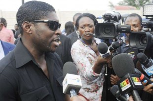 Teodorin Obiang, fils du président équato-guinéen, parle aux journalistes à Malabo, le 23 décembre 2014.
