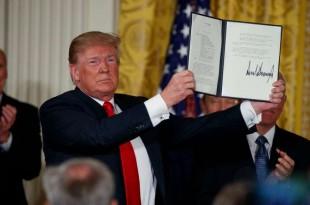 Le président Donald Trump présente une «directive sur la politique spatiale» après l'avoir signée lors d'une réunion du Conseil national de l'espace à la Maison-Blanche, le 18 juin 2018, à Washington.