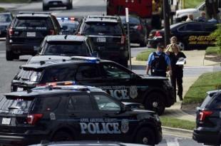 La police sécurise la scène d'une fusillade dans l'édifice abritant le journal Capital Gazette à Annapolis, au Maryland, le 28 juin 2018.
