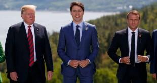 Le président Donald Trump, le premier ministre canadien Justin Trudeau et le président français Emmanuel Macron au moment de la photo de famille lors du Sommet du G-7, le vendredi 8 juin 2018, à Charlevoix, au Canada. (AP Photo / Evan Vucci)