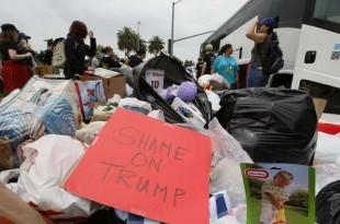 Un groupe de manifestants pour les droits des immigrants recueillent des jouets donnés aux enfants des familles dispersées à la frontière sud-ouest près de San Diego, en Californie, le 23 juin 2018. (AP Photo / Damian Dovarganes)