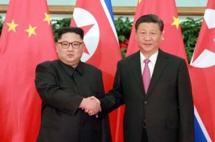 Kim Jong Un, à gauche, et Xi Jinping à Dalian, nord-est de la Chine, KCNA/via Reuters, le 9 mai 2018.