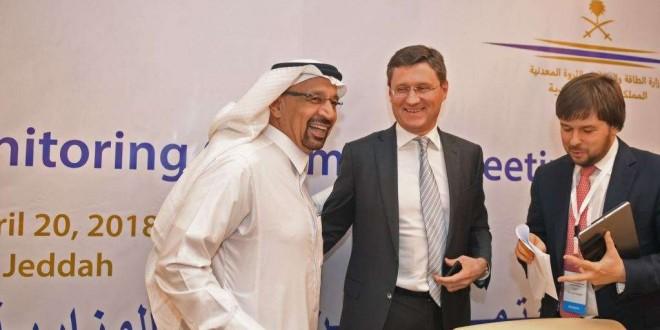 Le ministre saoudien de l'Energie Khaled al-Faleh et le ministre russe de l'Energie Alexander Novak, au centre, assistent à une réunion des membres de l'OPEP et des pays non-membres de l'OPEP pour évaluer la conformité avec les réductions de production. 2