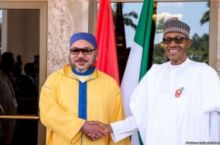 Le roi Mohamed VI du Maroc et le président Muhammadu Buhari du Nigeria, lors d'une visite du souverain marocain au Nigeria, le 2 décembre 2016.