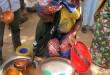 Une femme vend du bil-bil, un breuvage à base de millet, de sorgho ou de maïs, à Mazogo, dans l'extrême nord du Cameroun, 23 février 2017.