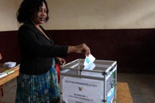 Dans un bureau de vote de Yaoundé, une électrice camerounaise glisse son bulletin dans l'urne (photo d'archives). © REUTERS/Akintunde Akinleye