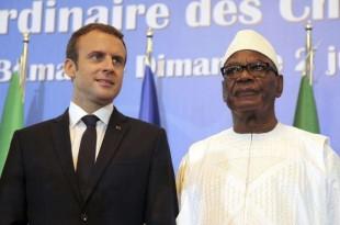 Le président français Emmanuel Macron se tient à côté du président malien Ibrahim Boubacar Keita lors de la séance d'ouverture du sommet des forces du G5 Sahel à Bamako, Mali, dimanche 2 juillet 2017. (AP Photo / Baba Ahmed)